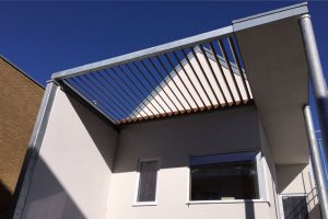 Lymington Shore: Raking Brise Soleil/ Solar shading Delta 150 Aluminium Box Gutters, Contemporary downpipes & Meridian wall copings